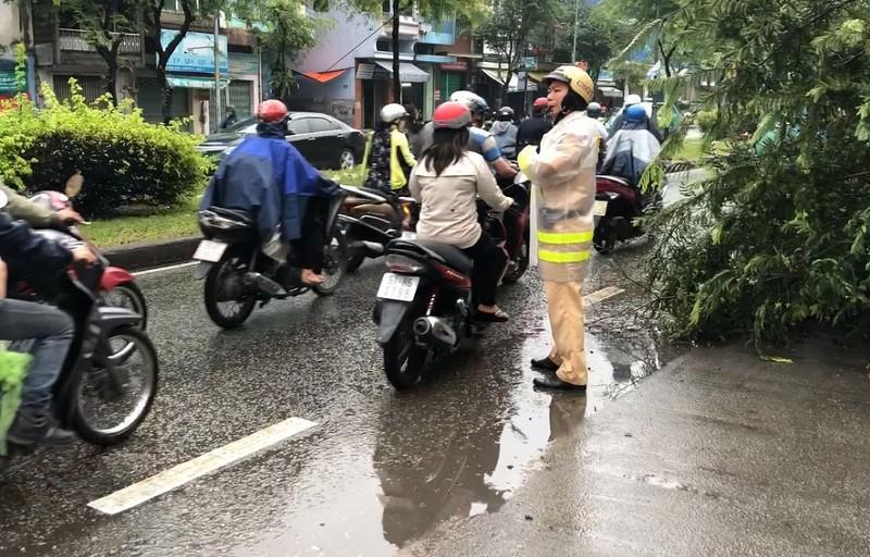 Những câu chuyện đẹp khi Sài Gòn mưa to, ngập nước - ảnh 3