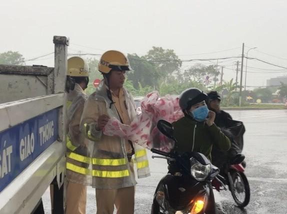 Những câu chuyện đẹp khi Sài Gòn mưa to, ngập nước - ảnh 2