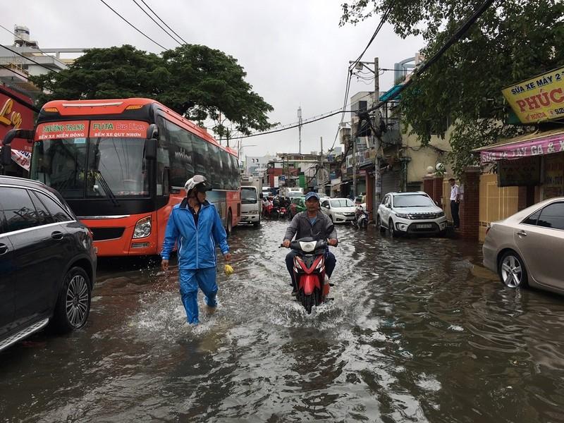 Xe cứu thương bì bõm giữa dòng nước gần Bến xe Miền Đông - ảnh 2