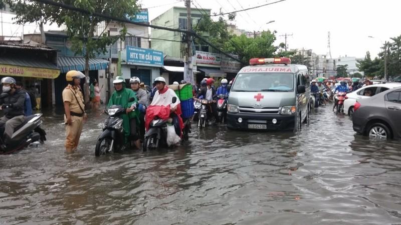 Xe cứu thương bì bõm giữa dòng nước gần Bến xe Miền Đông - ảnh 1