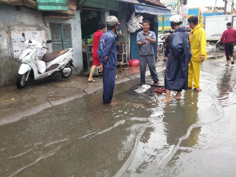 Xe cứu thương bì bõm giữa dòng nước gần Bến xe Miền Đông - ảnh 7