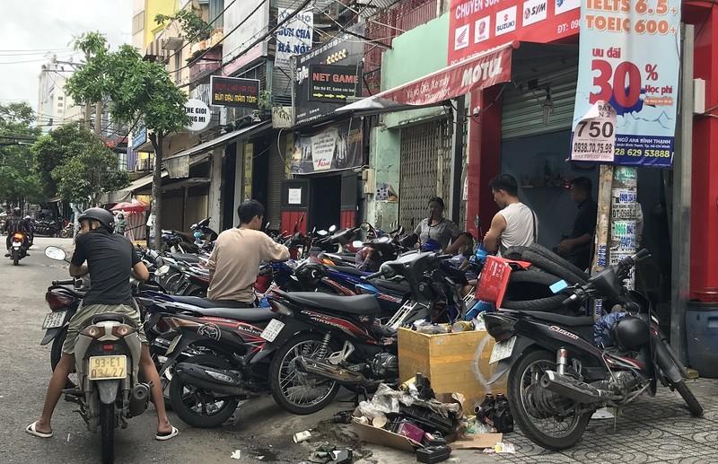 Dân TP.HCM ùn ùn đẩy xe đi sửa vì chết máy - ảnh 3