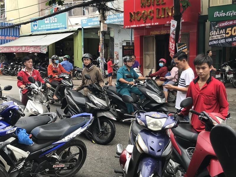 Dân TP.HCM ùn ùn đẩy xe đi sửa vì chết máy - ảnh 4