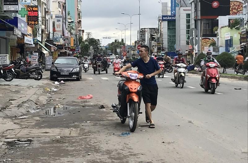Dân TP.HCM ùn ùn đẩy xe đi sửa vì chết máy - ảnh 2