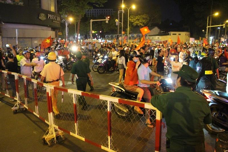 TP.HCM tạm giữ 56 xe máy đêm Việt Nam thắng Philippines - ảnh 1