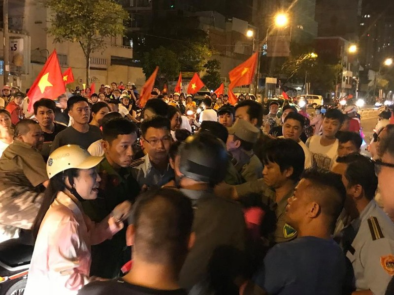 TP.HCM tạm giữ 56 xe máy đêm Việt Nam thắng Philippines - ảnh 2