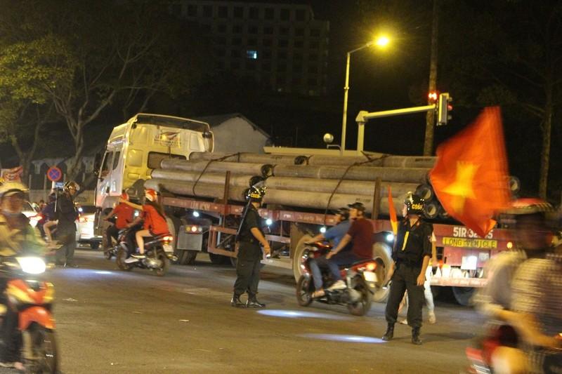 """Nửa đêm, dòng container, xe bồn kẹt trong dòng người đi """"bão"""" - ảnh 6"""