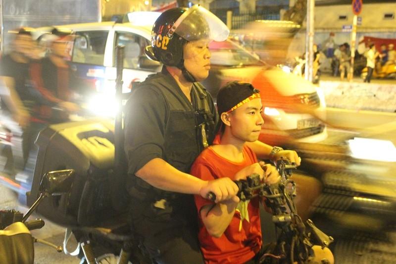 Cả trăm cảnh sát vây bắt gọn thanh niên đi 'bão' quá khích - ảnh 2