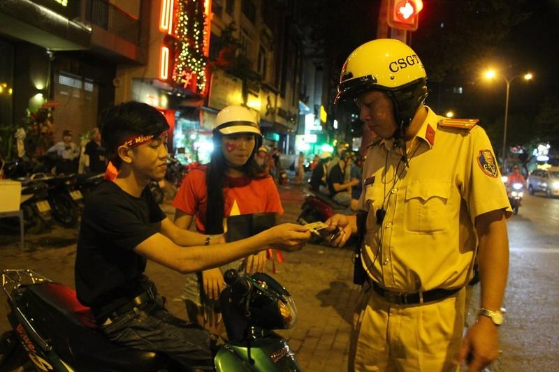 Cả trăm cảnh sát vây bắt gọn thanh niên đi 'bão' quá khích - ảnh 1
