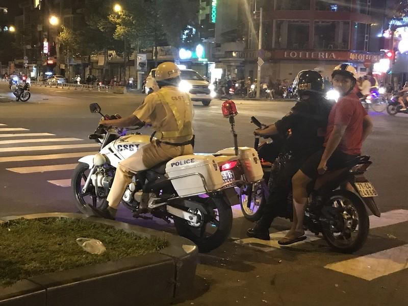 Cả trăm cảnh sát vây bắt gọn thanh niên đi 'bão' quá khích - ảnh 3
