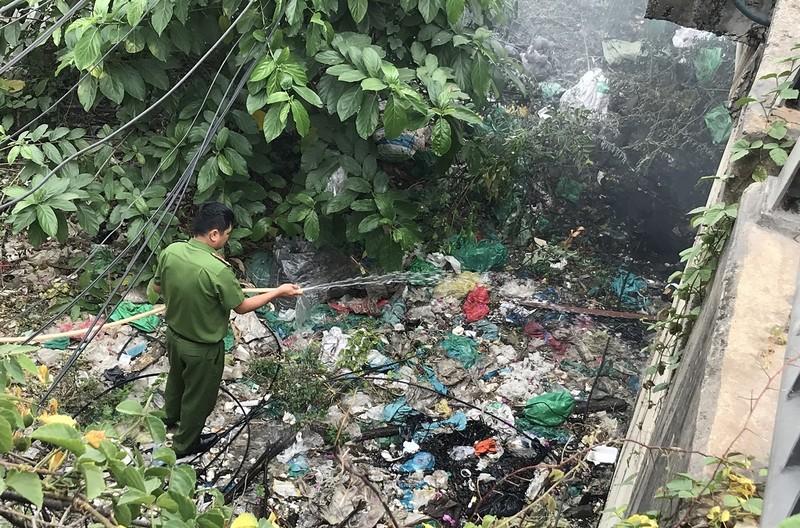 Hốt hoảng vì trụ điện bỗng dưng bốc cháy ở cầu Tham Lương - ảnh 3