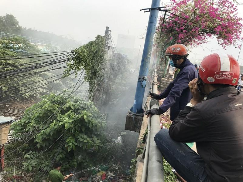 Hốt hoảng vì trụ điện bỗng dưng bốc cháy ở cầu Tham Lương - ảnh 1