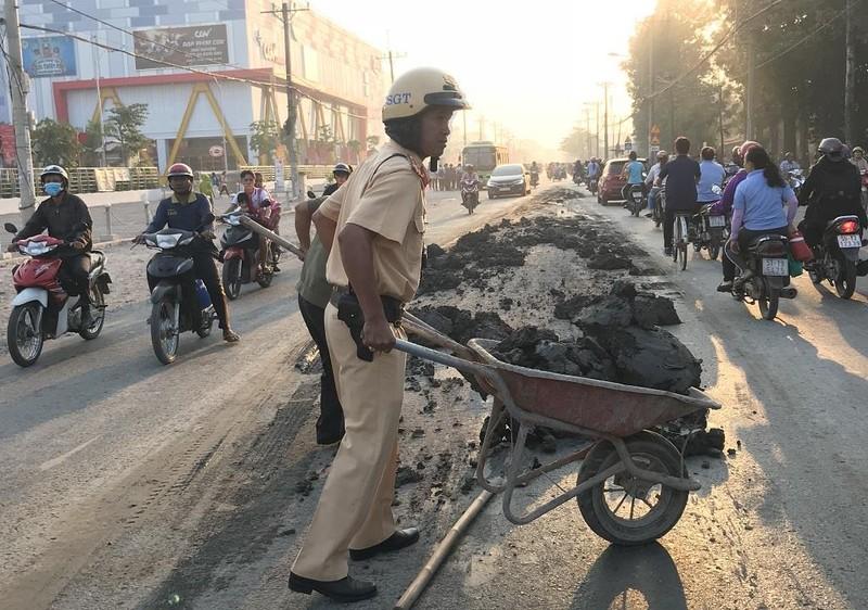 CSGT đẩy xe cút kít đổ bùn đất cho dân khỏi trượt - ảnh 2