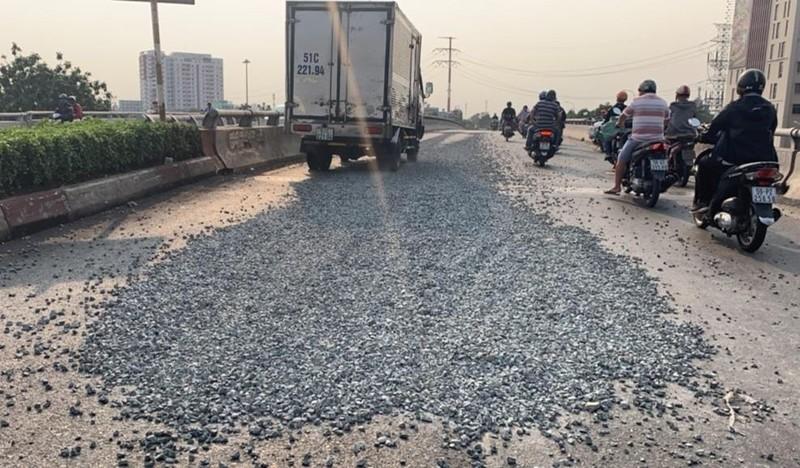 Xe tải vô danh thả đá sỏi tràn cầu vượt Quang Trung - ảnh 1