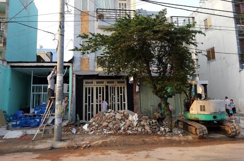 4 nhà bị container tông ở Bình Tân được hỗ trợ 8 triệu đồng  - ảnh 1