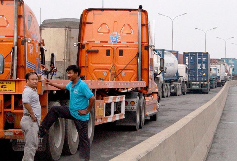 CSGT 'nhức đầu' vì xe container cũng… chết máy - ảnh 1