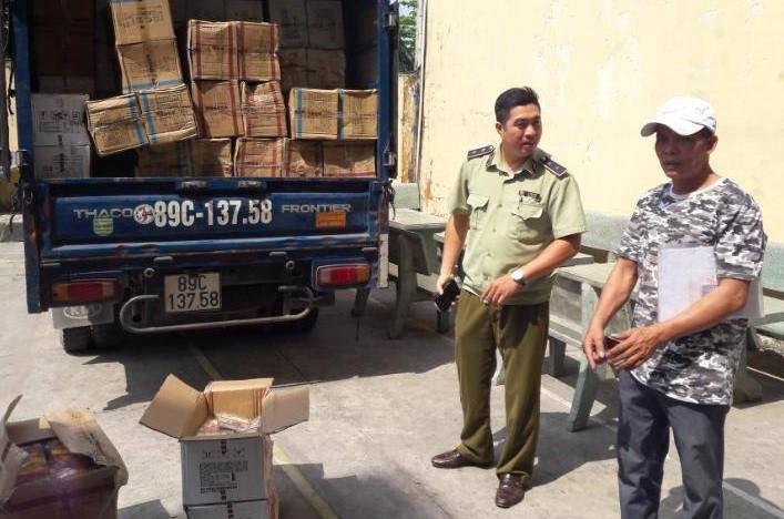 CSGT An Lạc bắt gần 1 tấn bánh Trung Quốc nghi nhập lậu - ảnh 1