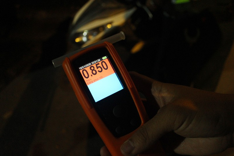 Dân nhậu gọi điện liên tục khi bị CSGT đo nồng độ cồn - ảnh 3