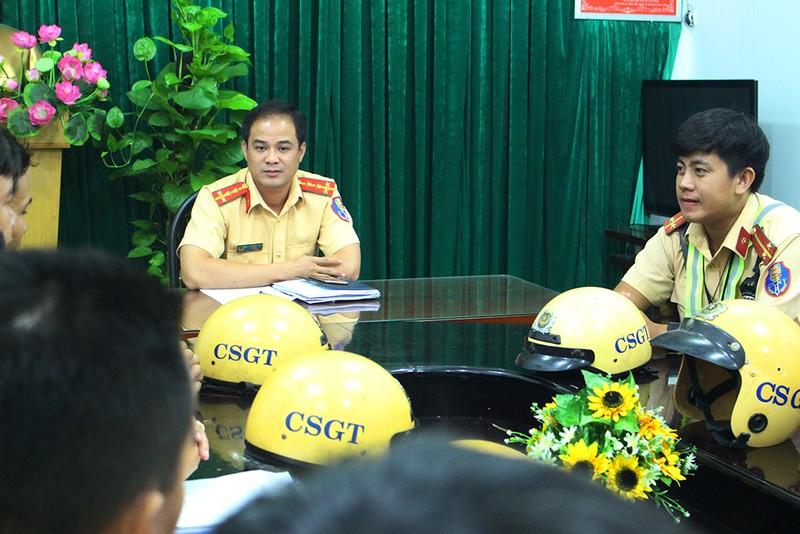 CSGT làm đêm để giải quyết hồ sơ trước Tết cho dân  - ảnh 2