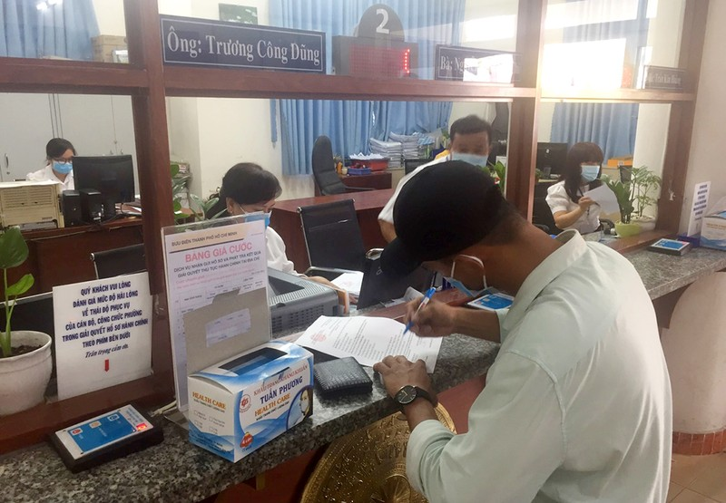 TP.HCM: Phường, quận tặng khẩu trang cho dân chống Corona - ảnh 1