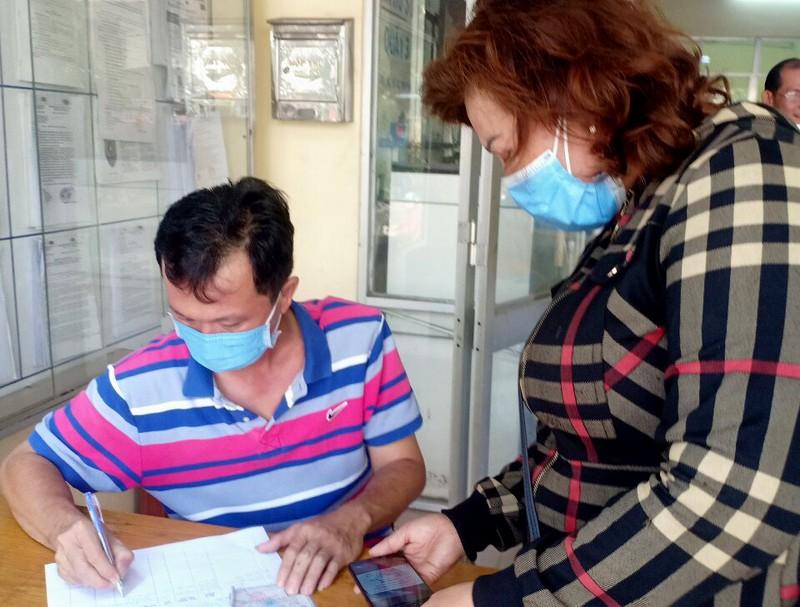 TP.HCM: Phường, quận tặng khẩu trang cho dân chống Corona - ảnh 2