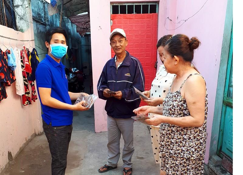 Tặng 5.000 khẩu trang cho 300 phòng trọ ở Bình Tân - ảnh 2