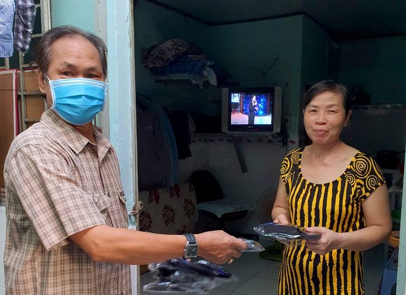 Tặng 5.000 khẩu trang cho 300 phòng trọ ở Bình Tân - ảnh 3