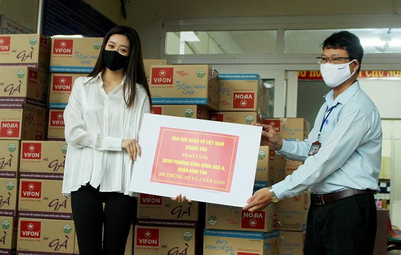 Hoa hậu Khánh Vân giản dị xuống phường tặng quà cho dân  - ảnh 1
