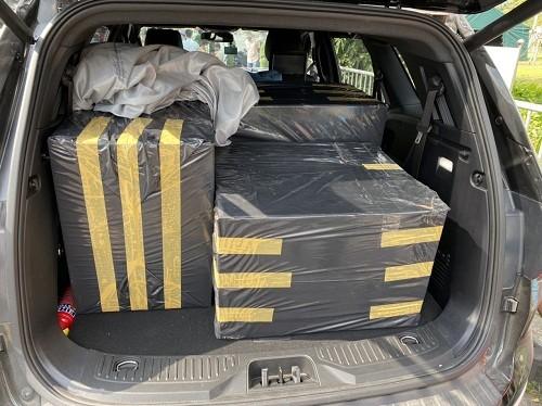 Nhiều ô tô lén chở khẩu trang không qua được chốt kiểm dịch - ảnh 1