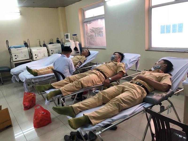 CSGT hiến máu kịp thời cứu bệnh nhân sau ca mổ - ảnh 1