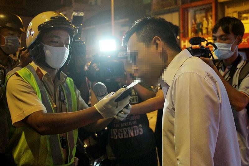 CSGT TP.HCM xử lý nhiều người say trong đêm đầu tiên ra quân - ảnh 1