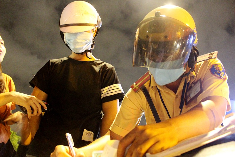 CSGT TP.HCM xử lý nhiều người say trong đêm đầu tiên ra quân - ảnh 3