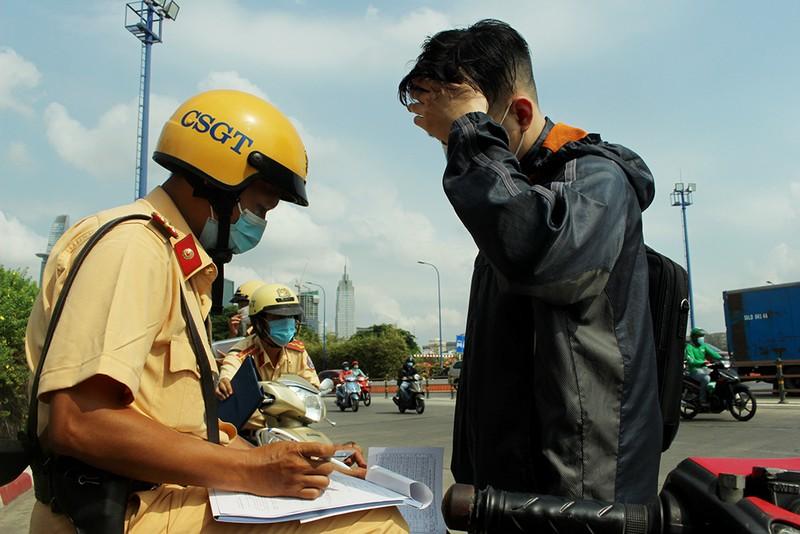 Không có bảo hiểm xe, CSGT TP.HCM phạt hơn 400 người - ảnh 1