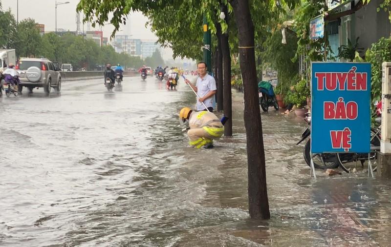 CSGT dầm mình móc rác, điều tiết giao thông dưới mưa ở Thủ Đức - ảnh 3