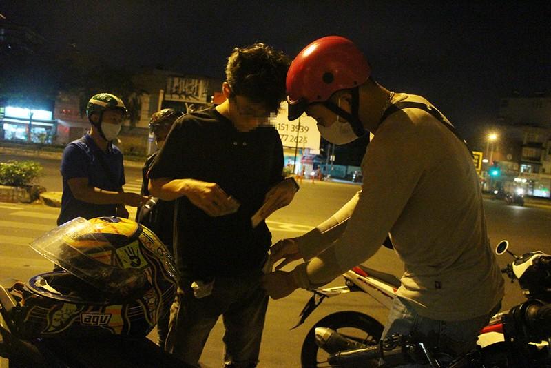 Thanh niên đua xe 'thách thức' công an quận Bình Tân - ảnh 2