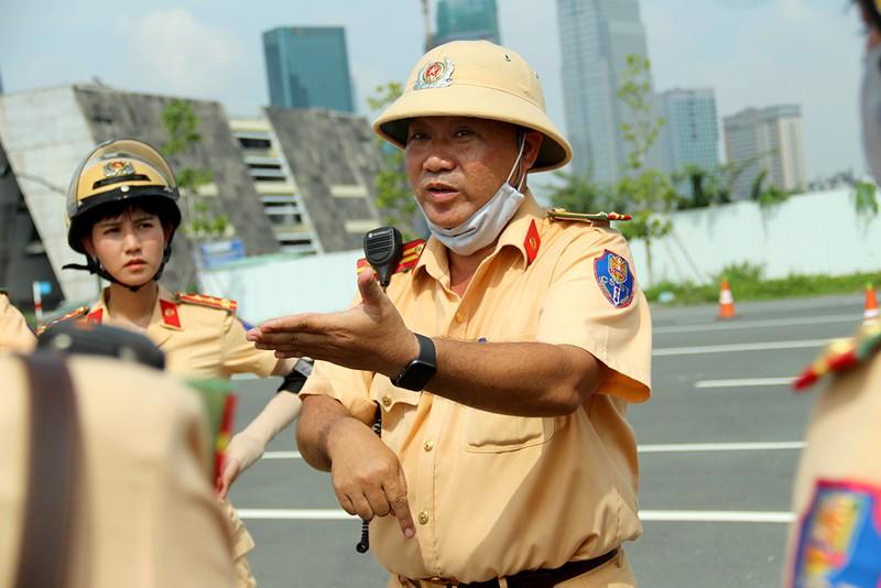 Trung tá Nguyễn Văn Bình – Phó Trưởng Phòng PC08 cũng có mặt để hướng dẫn, động viên các bóng hồng nỗ lực luyện tập khi ngày ra mắt sắp cận kề.