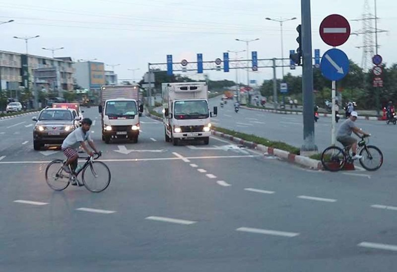 Xe đạp vào làn ô tô đường Phạm Văn Đồng bị phạt 25 triệu đồng  - ảnh 1