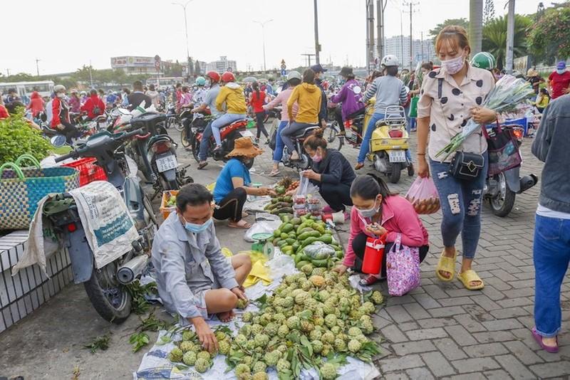 Sau khi phát hiện ca nhiễm, lực lượng chức năng đã dẹp trật tự lòng lề đường ở khu vựchai mẹ con bán trái câysinh sống. Ảnh: NGUYỆT NHI