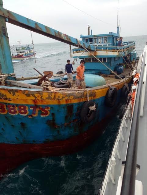 Kéo tàu cá bị nạn vào bờ