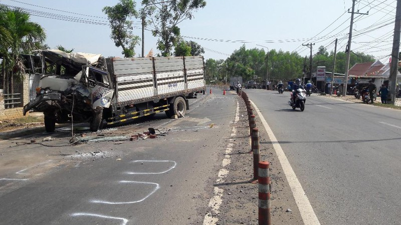 Ô tô tải đâm đuôi xe đầu kéo, tài xế tử vong - ảnh 1