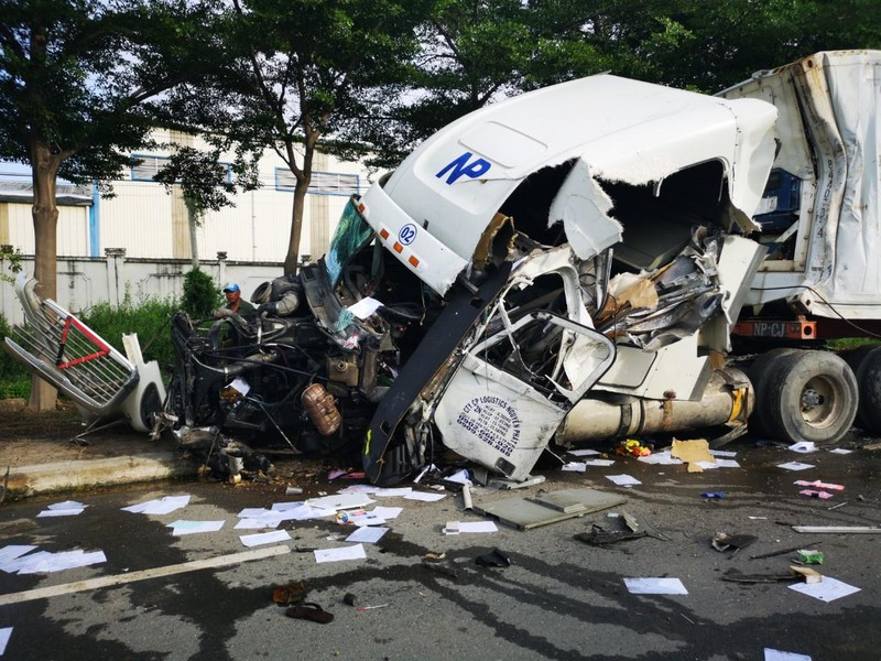 Xe bồn va ô tô đầu kéo, 1 tài xế bị thương nặng - ảnh 1