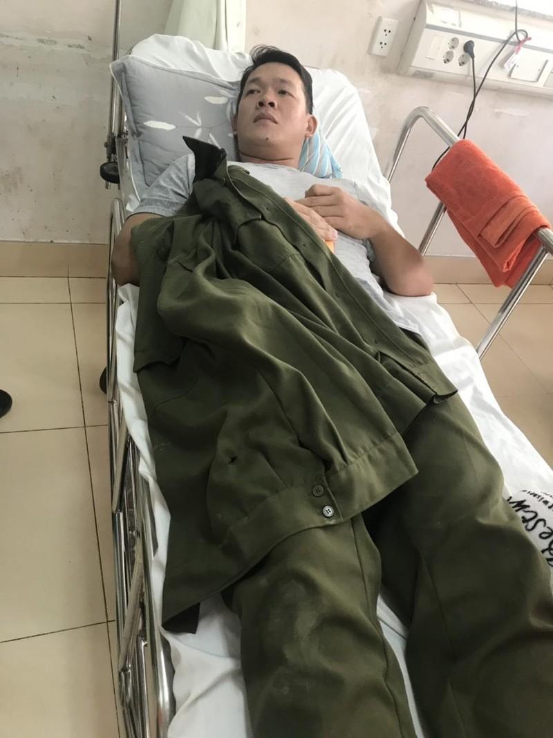 Bị truy đuổi, thanh niên rút dao đâm công an viên nhập viện - ảnh 2