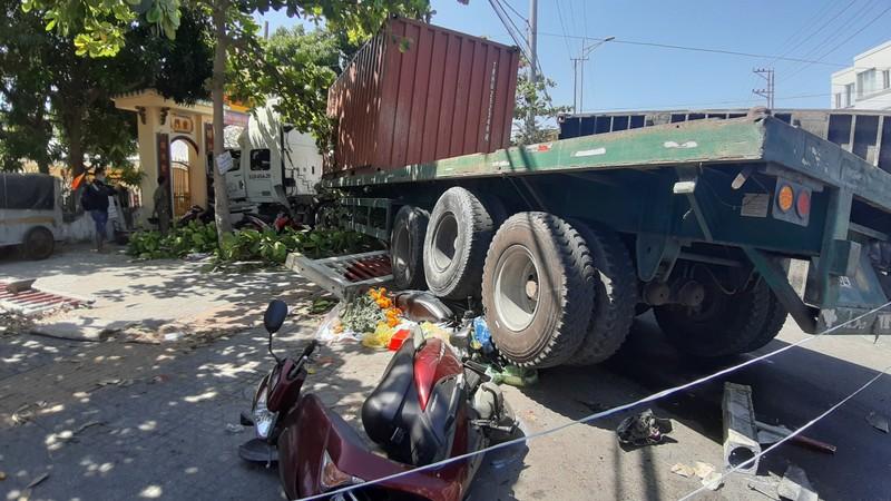 Ô tô đầu kéo húc hàng loạt xe máy rồi tông vào cổng chùa - ảnh 2