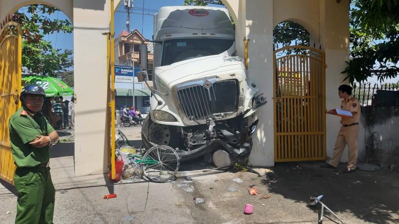 Ô tô đầu kéo húc hàng loạt xe máy rồi tông vào cổng chùa - ảnh 1