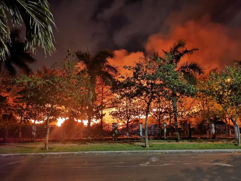 Kho hạt điều 15.000 tấn cháy cả ngày đêm vẫn chưa tắt - ảnh 1