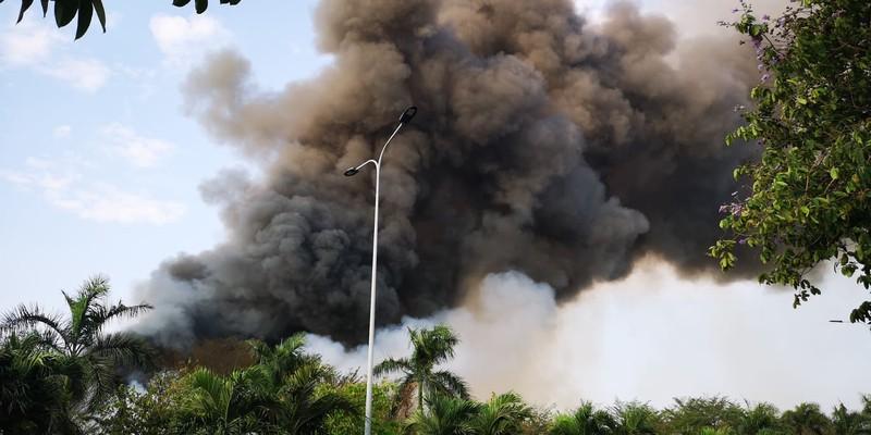 Kho hạt điều 15.000 tấn cháy cả ngày đêm vẫn chưa tắt - ảnh 2