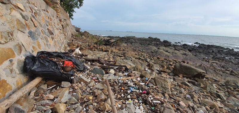 Xác minh thông tin quán cà phê vứt bao rác xuống biển Vũng Tàu - ảnh 1