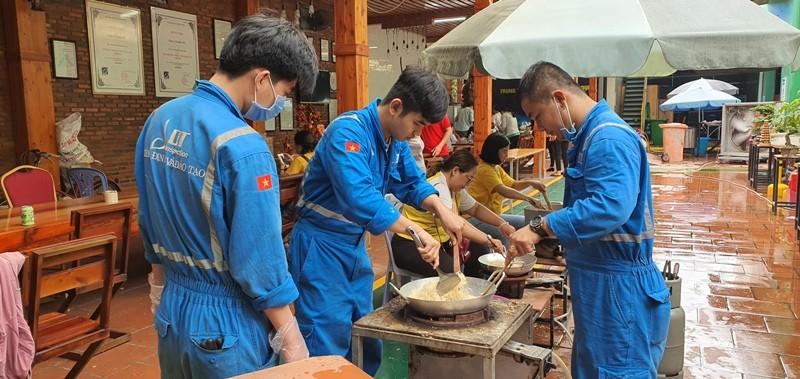 Vũng Tàu: Hàng ngàn chiếc bánh kèm muối mè gửi tặng miền Trung - ảnh 2