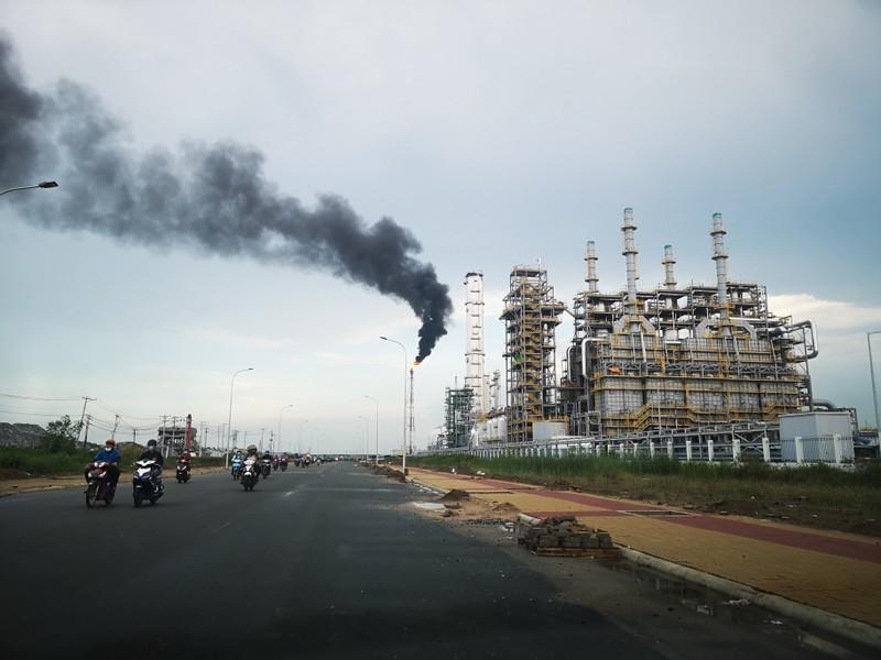 Yêu cầu công ty hóa chất báo cáo về sự cố cột khí đen thải ra môi trường - ảnh 1