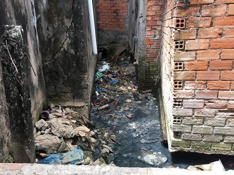 Lấn rạch xây nhà, làm ô nhiễm cả khu dân cư - ảnh 2